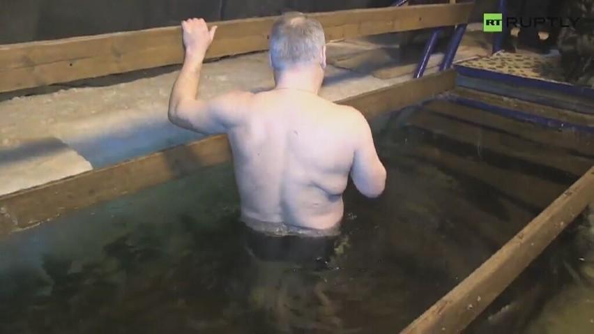 Setki wiernych weszły do lodowatej wody (wideo)