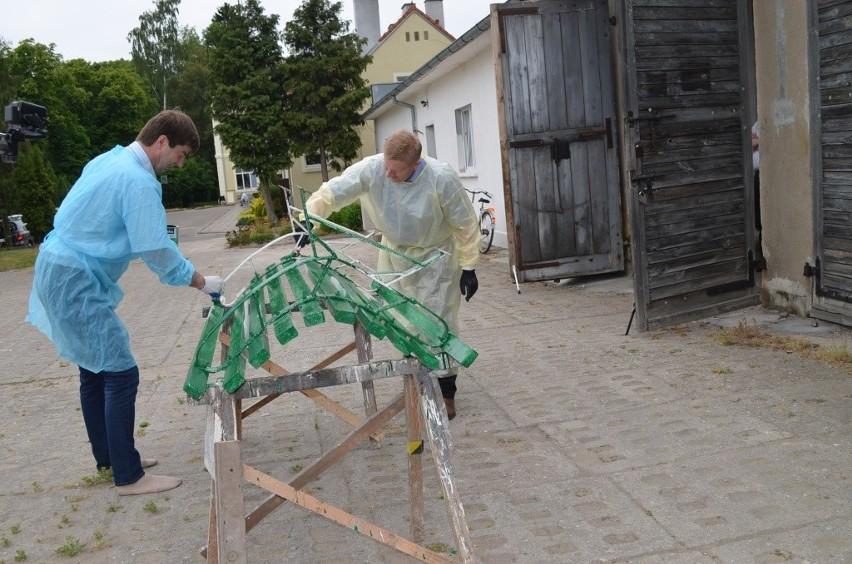 Starosta Michał Mróz i członek zarządu Jerzy Kowalik chwycili za pędzle i malowali ławkę w DPS Wysoka - zgodnie z obietnicą.