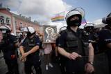 Marsz Równości w Częstochowie z tęczową Matką Boską. Kordony policji pod Jasną Górą oddzieliły protestujących