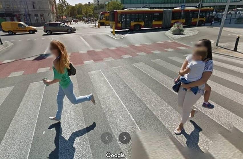 Przyłapani na gorącym uczynku przez Google Street View w Warszawie. Nietypowe zdjęcia i kamery, które widziały za dużo