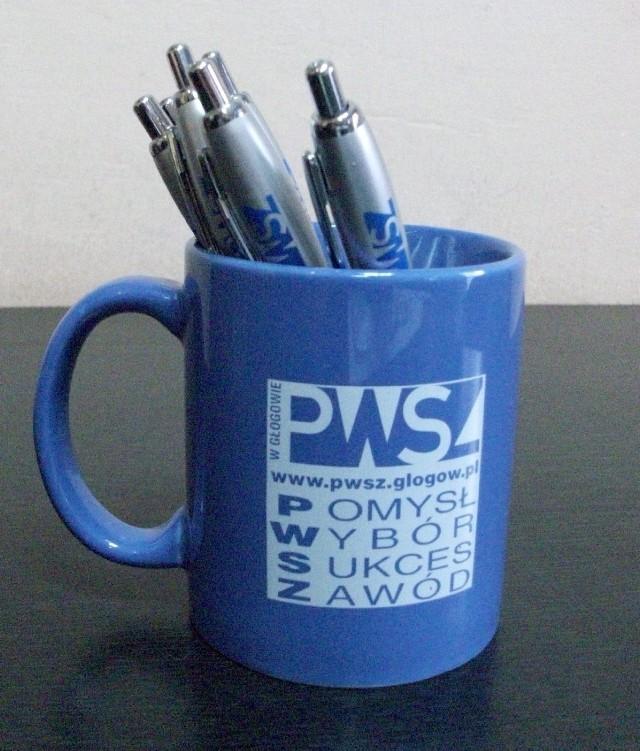 By się zareklamować PWSZ przygotowuje między innymi gadżety: kubki, długopisy, koszulki i smycze na klucze.
