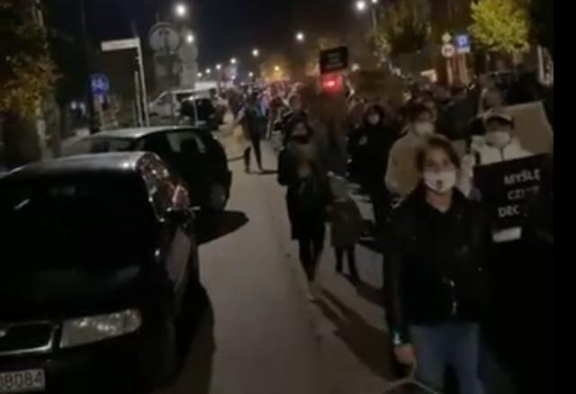 Uczestniczki i uczestnicy spaceru przeszli wieczorem ulicami Białobrzegów.