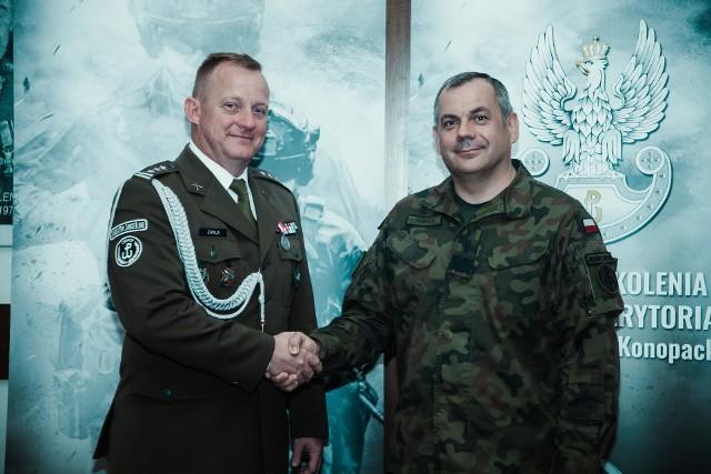 Płk Edward Chyła (po lewej), nowy komendant Centrum Szkolenia Wojsk Obrony Terytorialnej z dowódcą WOT, gen. dyw. Wiesławem Kukułą.