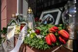 Kwiaty i znicze w oknie pracowni Macieja Kosycarza w Gdańsku. Znany gdański fotograf zmarł 26.03.2020 [zdjęcia]