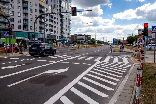 Na to udogodnienie okoliczni mieszkańcy i pacjenci pobliskiej przychodni czekali od miesięcy. Na skrzyżowanie ul. Kaczorowskiego i Cieszyńskiej wróciły pasy. Są też światła.