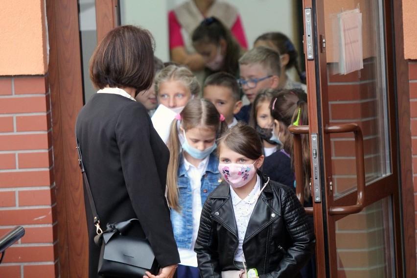 SP nr 20 w Bydgoszczy przeszła na hybrydowy tryb nauczania, do placówki przychodzą teraz tylko najmłodsze dzieci