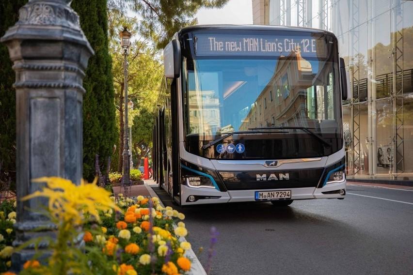 Autobus elektryczny firmy MAN na ulicach francuskiego miasta