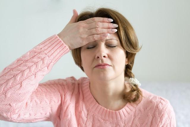 Ból głowy zlokalizowany w okolicy czoła może mieć związek ze stanem zapalnym zatok.