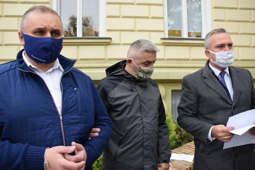 Daniel Palimąka i Grzegorz Samborski z Koalicji obywatelskiej oraz Piotr Woźniak z Razem dla Powiatu