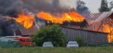 Sokoły. Wielki pożar w gminie Gołdap. Ogień strawił garaże, stodołę i budynek gospodarczy. Trwa zbiórka pieniędzy [ZDJĘCIA]