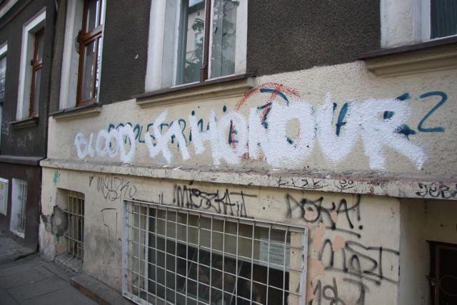 Mężczyzna namalował na jednym z budynków w centrum Gorzowa napis i swastykę propagująca treści faszystowskie.