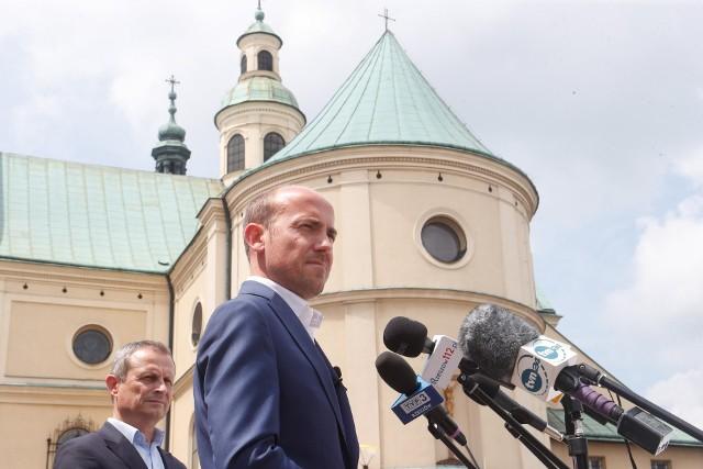 - Wiadomo, że oczy z całej Polski skierowane będą na Rzeszów i na to, jak zakończy się to starcie - mówił Borys Budka.