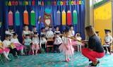 """Uroczyste pasowanie na przedszkolaka w Przedszkolu """"Magical World"""" w Jędrzejowie. To wyjątkowa chwila dla wszystkich dzieci [ZDJĘCIA]"""