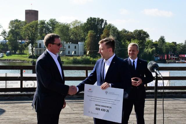 Dobrą nowinę dla mieszkańców Kruszwicy przywieźli minister Łukasz Schreiber i wojewoda Mikołaj Bogdanowicz