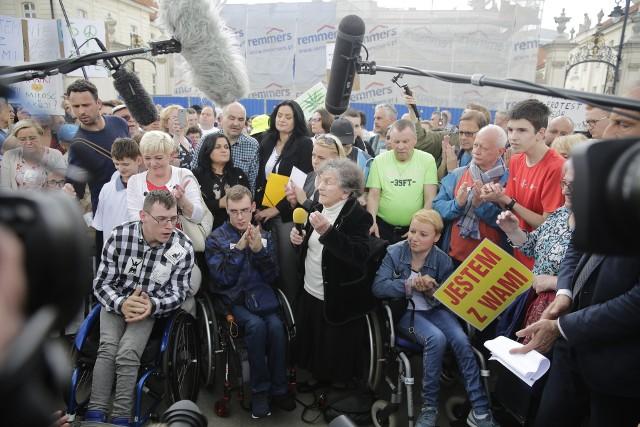 23 maja osoby z niepełnosprawnościami protestowały w Warszawie przed Pałacem Prezydenckim, Kancelarią Premiera
