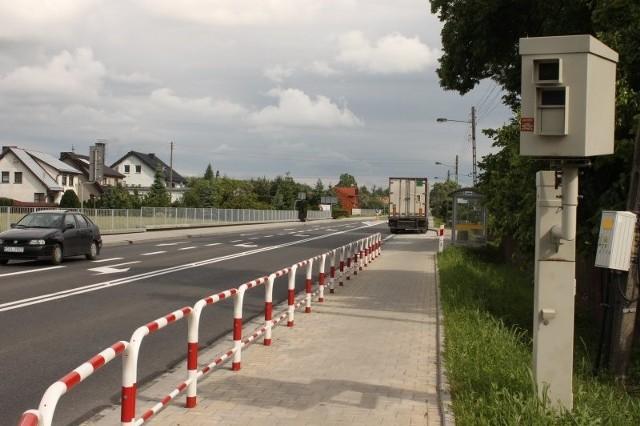 Przez brak obwodnicy Olesna przez Wojciechów codziennie przetacza się ponad tysiąc tirów, nie mówiąc o samochodach osobowych. W wiosce, w której przy ruchliwej trasie nie było chodnika, dochodziło do wielu wypadków.   Pod kołami ciężarówki kilka lat temu zginęła m.in. ciężarna kobieta. W ubiegłym roku Generalna Dyrekcja Dróg Krajowych i Autostrad w Opolu rozpoczęła przebudowę drogi.Bezpieczeństwa pieszych w wiosce pod Olesnem strzeże m.in. policyjny fotoradar.
