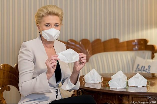Pierwsza Dama zachęca do własnoręcznego wykonania maseczki ochronnej krakowskim sposobem