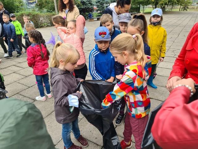 W piątek, 17 września, uczniowie Szkoły Podstawowej nr 31 przy ul. Dziewulskiego w Toruniu, zaopatrzeni w worki na śmieci i rękawiczki, ruszyli na Sprzątanie Świata. To coroczna akcja, która odbywa się zawsze w trzeci weekend września. Polega ona na wspólnym sprzątaniu śmieci i zbieraniu odpadków zalegających na ulicach czy trawnikach, czyli w miejscach, w których na pewno nie powinny się znaleźć. W piątkowy poranek dzielnym uczniom SP nr 31 w porządkowaniu okolic szkoły towarzyszył sam prezydent Torunia Michał Zaleski. Zobaczcie zdjęcia z tego wydarzenia!