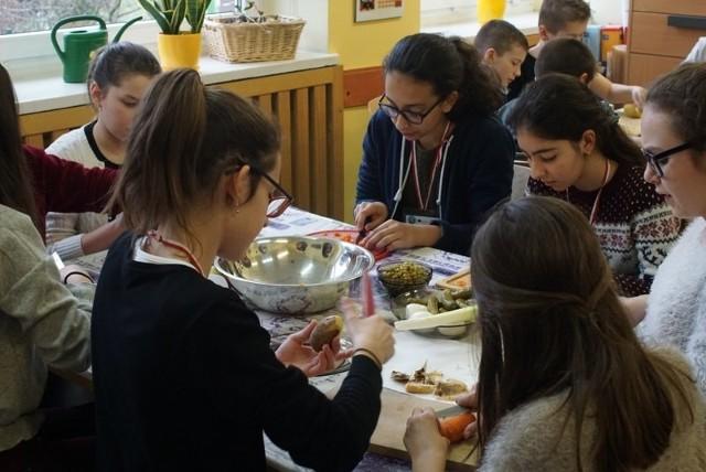 Szkołę Podstawową nr 59 odwiedzili uczniowie z siedmiu krajów – Portugalii, Hiszpanii, Litwy, Grecji, Turcji, Wielkiej Brytanii i Francji. Do Poznania przyjechali w ramach programu Erasmus +.