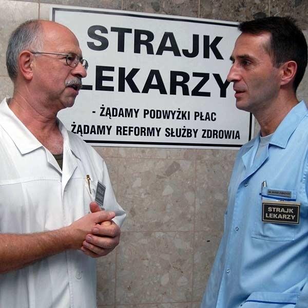 - Bez wątpienia zależy nam na dalszym funkcjonowaniu szpitala, ale mamy też coraz mniej cierpliwości - twierdzi Marek Zubrzycki (z prawej). Na zdjęciu z dr Januszem Matrasem.