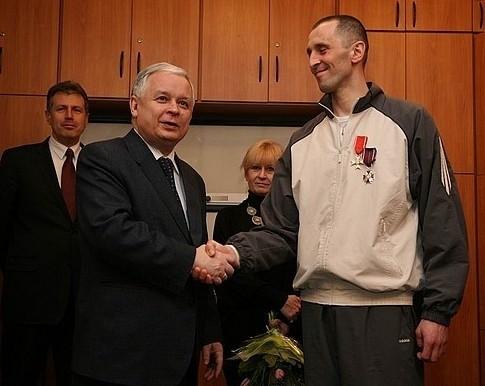 Prezydent Lech Kaczyński składa gratulacje mł. bryg. Danielowi Dryniakowi.