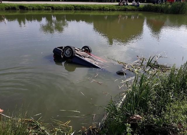 Wypadek w Stobiecku Szlacheckim koło Radomska. Kierowca z trójką pasażerów wjechał samochodem do stawu. Cudem uszli z życiem