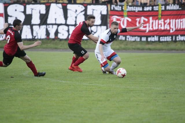 Pomocnik Agroplonu Gracjan Gacmaga (z prawej) starał się nie dopuszczać do piłki Patryka Pabiniaka ze Startu.