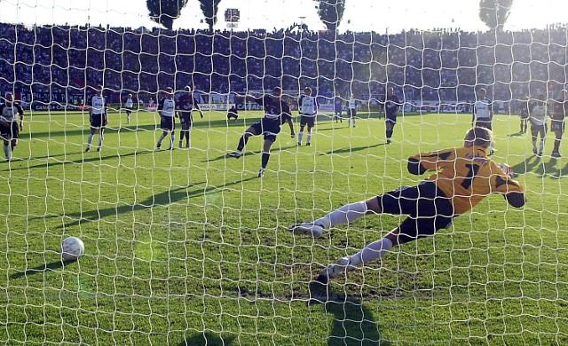 Grzegorz Matlak strzela pierwszego gola w ekstraklasie dla Pogoni.