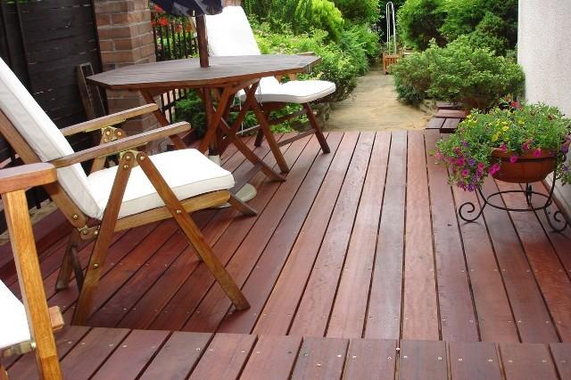 Drewniany tarasNa wygląd i funkcjonalność tarasu wpływają głównie: wybór odpowiedniego gatunku drewna oraz prawidłowy montaż desek. Możemy wybrać drewno egzotyczne, np.: bangkirai, cumaru, ipe, massaranduba, modrzew syberyjski, czy tatajubę. Dzięki dużej odporności biologicznej sprawdzają się w polskich warunkach klimatycznych, które są zmienne.