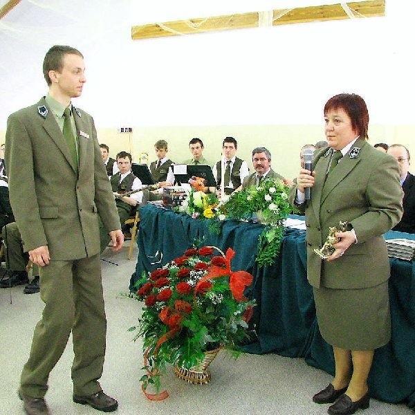 """Najlepszy uczeń szkoły - Mateusz Kowalke,  odbiera statuetkę """"sokolniczki"""""""