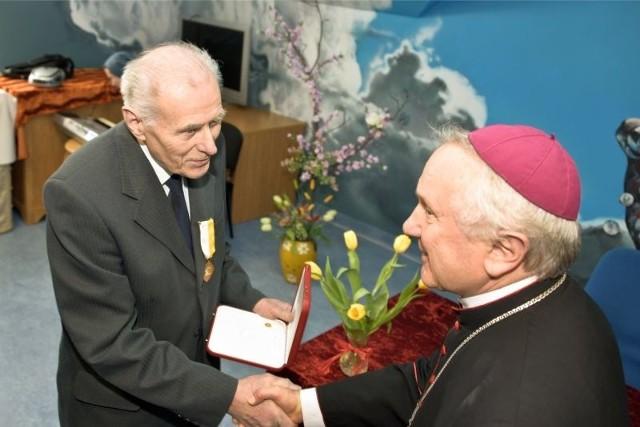 Dr Tadeusz Borowski-Beszta otrzymał krzyż zasługi Pro Ecclesia et Pontifice z rąk metropolity białostockiego, abp. Edwarda Ozorowskiego