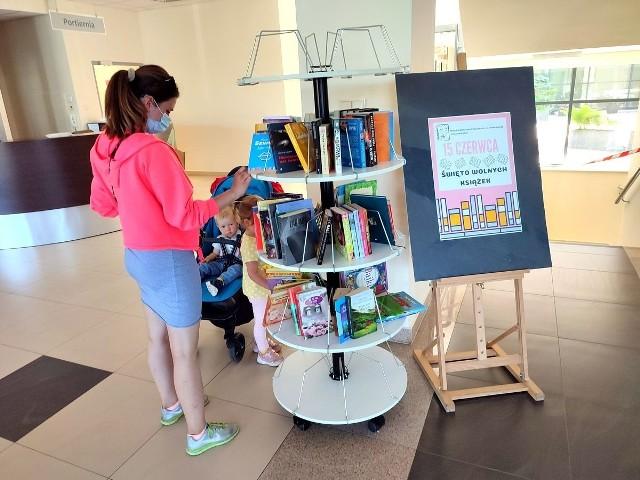 Stoisko z książkami, które można wymienić w Miejskiej Bibliotece w ramach bookcrossingu