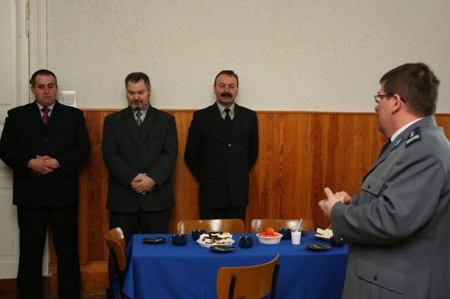 Policjantów: Feliska Blamowskiego, Marka Ośmiałowskiego i Dariusza Szulca pożegnał komendant KPP w Chełmnie Cezary Cosban-Woytycha