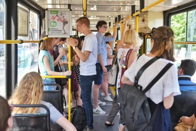 W ubiegłym roku Poznań dopłacił do komunikacji miejskiej prawie 332 mln zł. Prezydent Jacek Jaśkowiak twierdzi, że w obecnej sytuacji finansowej miasto nie może jeszcze więcej dokładać do transportu. I już jesienią zapowiedział podwyżki cen biletów na MPK Poznań. Mają wejść w życie 1 lipca. Ile zapłacimy? Przejdź dalej i sprawdź --->