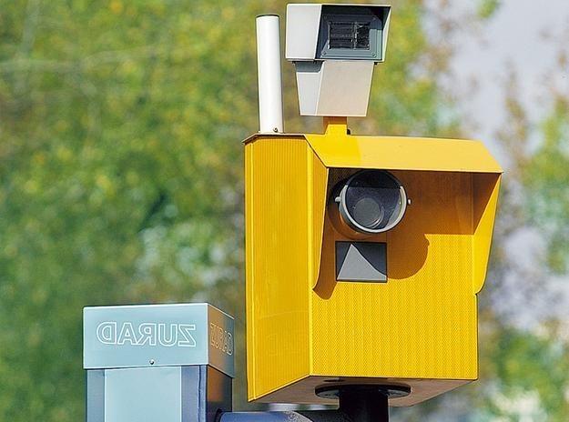 - Dlaczego fotoradar w Jeleńcu robi foty kierowcom nawet, gdy jadą swoimi osobowymi samochodami niespełna 90 km/h? - pyta Czytelnik.