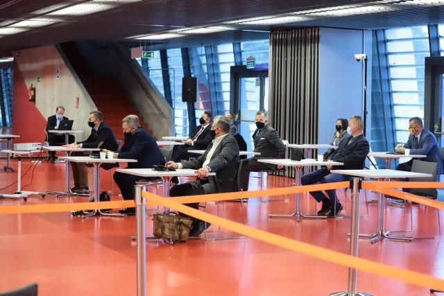 26.10.2020. Sesja Rady Miasta Białystok na stadionie miejskim. Część radnych obradowała w trybie zdalnym.