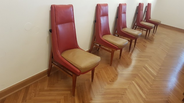 Fragment ekspozycji autorstwa Mariana Sigmunda na Wawelu - krzesła