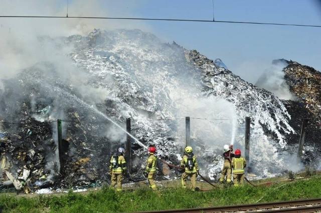 Strażacy przez 3 dni walczyli z pożarem na składowisku odpadów Przysiece Polskiej.Przejdź do kolejnego zdjęcia --->