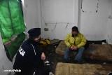 Zima to trudny okres dla osób bezdomnych. Umierają z zimna w pustostanach. Wiesz, gdzie mogą przebywać? Koniecznie to zgłoś!
