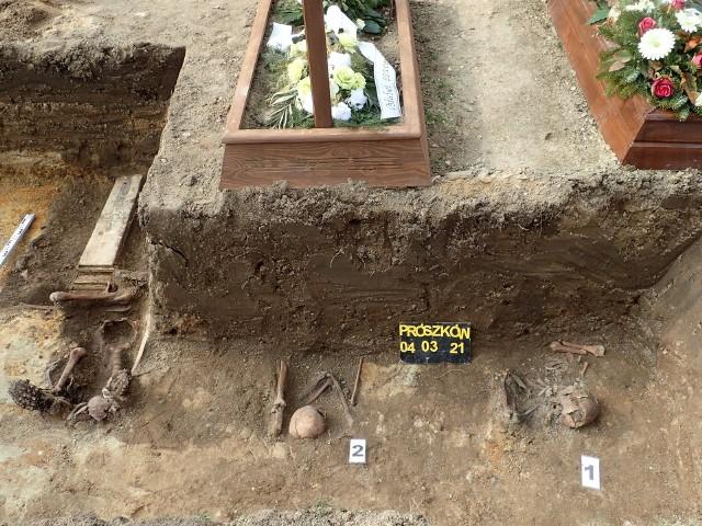 Na prószkowskim cmentarzu parafialnym zachowały się zapomniane mogiły żołnierzy Wehrmachtu z czasu walk frontowych w 1945 roku.
