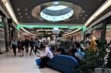 Klienci bez maseczek, obsługa również - tak wygląda zniesienie restrykcji w galeriach handlowych ZDJĘCIA