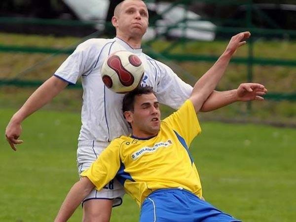 Żurawianka (białe stroje) pokonała Rzemieślnika Pilzno 4-1.
