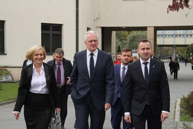 Od lewej: Renata Janik, wicepremier Jarosław Gowin, poseł Michał Cieślak