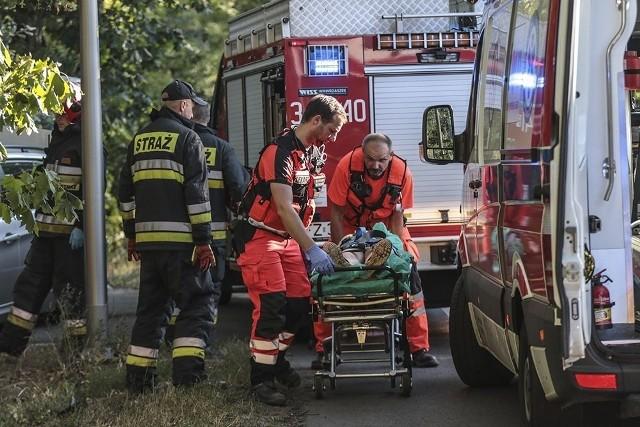 Do wypadku doszło przed godz. 18.00. Ze wstępnych ustaleń na miejscu zdarzenia wynika, że kierujący bmw jechał w kierunku Zielonej Góry. Przed przejściem dla pieszych z wysepką na wysokości Dzikiej Ochli zatrzymał się kierujący skodą. Chciał wpuścić na pasy pieszych. Wtedy w tył skody uderzyło rozpędzone bmw.Bmw po uderzeniu w skodę odbiło się od auta i wypadło z drogi na prawe pobocze. Samochód z dużą siłą wleciał na chodnik i tam potrącił dziewczynkę i chłopca. Na koniec bmw mocno uderzyło w drzewo.Na miejsce wypadku przyjechały służby ratunkowe. Ranną dziewczynką leżącą na poboczu zajęli się medycy. Została przeniesiona na nosze i zabrana do karetki. Po chwili odjechała do szpitala. Do szpitala został zabrany również potrącony chłopiec. Policjanci z zielonogórskiej drogówki są na miejscu i ustalają dokładny przebieg wypadku.WIDEO: Wypadki w czasie wakacji. Policja stworzyła aktualizowaną mapę