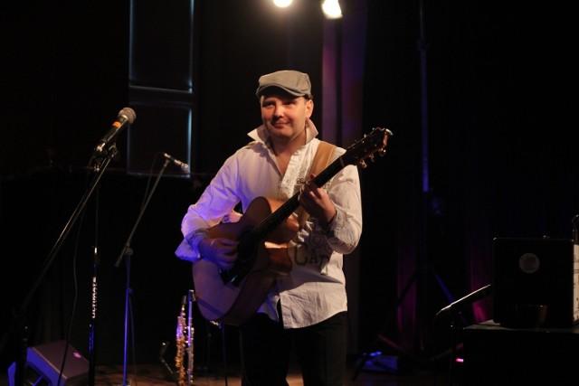 Adam Palma, muzyka pochodzący z Włocławka, wygrał walkę z koronawirusem. Lekarze podkreślają, że to cud, że żyje.