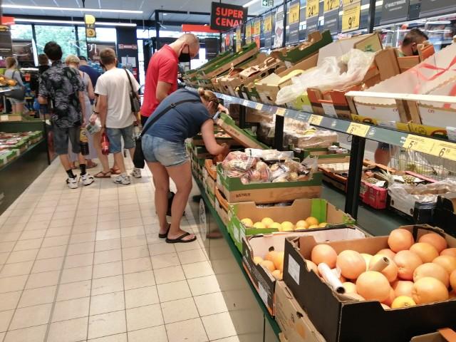 """W niedzielę (18 lipca) czynne były w Łodzi dwie """"Biedronki"""". Jedna było otwarta w Wieluniu. Właściciele sklepów  skorzystali z jednego z wyjątków od ustawy, która ogranicza niedzielny handel. CZYTAJ DALEJ>>>."""