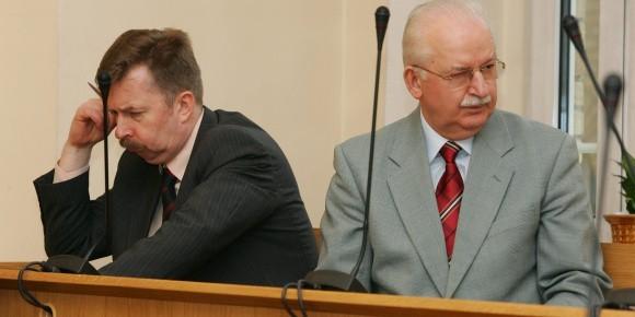 Były prezydent Marian Jurczyk (z prawej) i jego ówczesny zastępca Dariusz Wieczorek już raz zostali w tej sprawie uznani za winnych. Obaj zostali skazani na dwa lata więzienia oraz zapłacenie solidarnie 5 mln złotych odszkodowania gminie Szczecin. Ale sąd wyższej instancji zwrócił sprawę do ponownego rozpatrzenia.