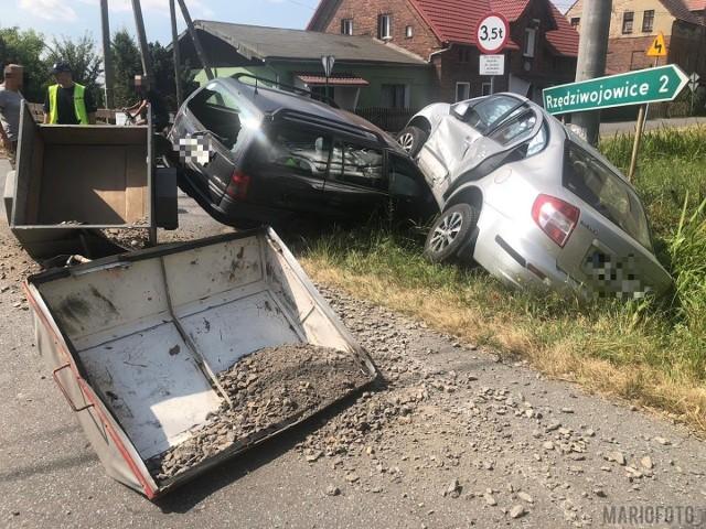 Do wypadku doszło przed godz. 11. w Gościejowicach, na głównym skrzyżowaniu we wsi. Zderzyły się dwa auta: suzuki i opel, siłą odrzutu jedno wylądowało na drugim. Jedna osoba została ranna.