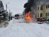 Pożar samochodu przy ul. Klonowej w Koronowie. BMW spłonęło doszczętnie [zdjęcia]