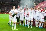 Poznaliśmy wysokość nagród jakie UEFA wręczy za przełożony turniej Euro 2020. Reprezentacja Polski bije się o naprawdę duże pieniądze. Już za sam awans na konto PZPN wpłynęło (lub wkrótce wpłynie) 9,25 mln euro. To kwota na poziomie rocznego budżetu takich klubów jak Wisła Kraków, Górnik Zabrze czy Śląsk Wrocław...Jeżeli Polska wyrówna sukces z Francji, czyli zakończy udział na ćwierćfinale, to zarobi o blisko 4 mln euro więcej.